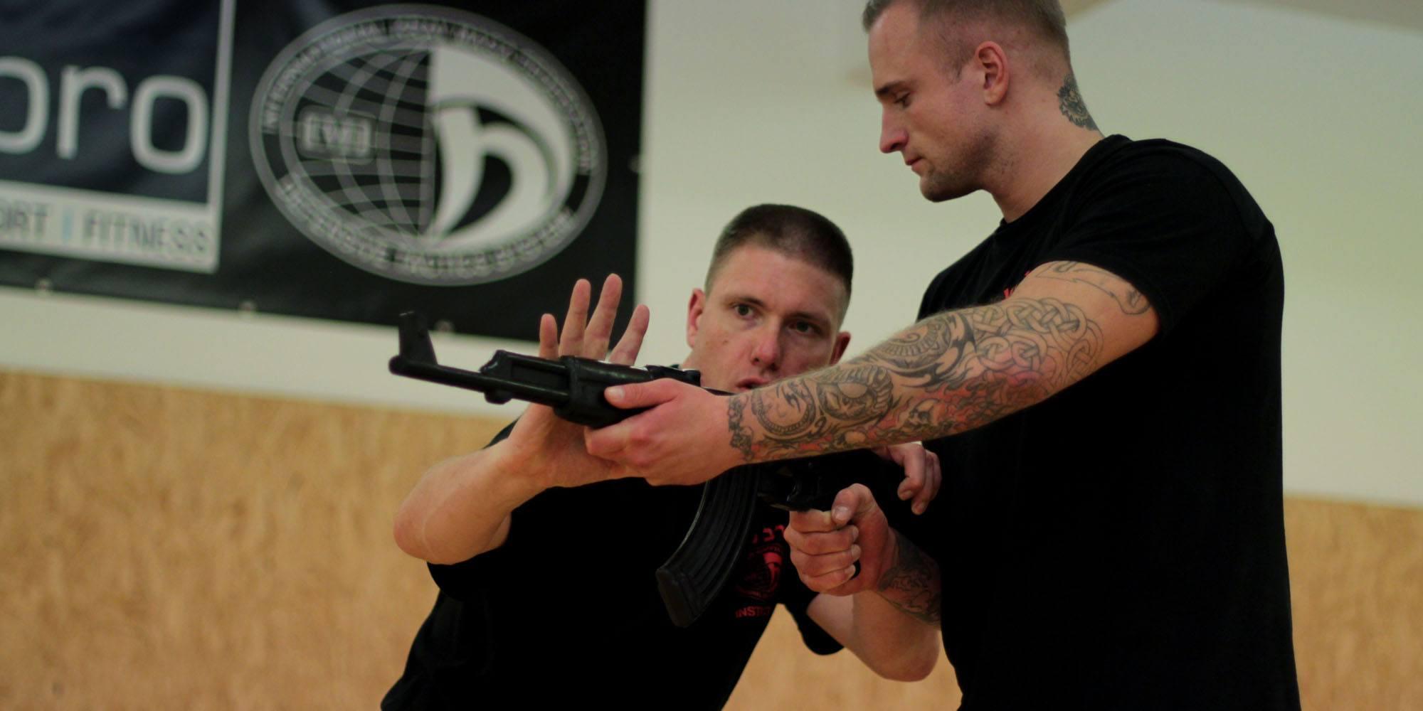 Krav Maga - Verteidigung gegen Bedrohungen mit der Langwaffe
